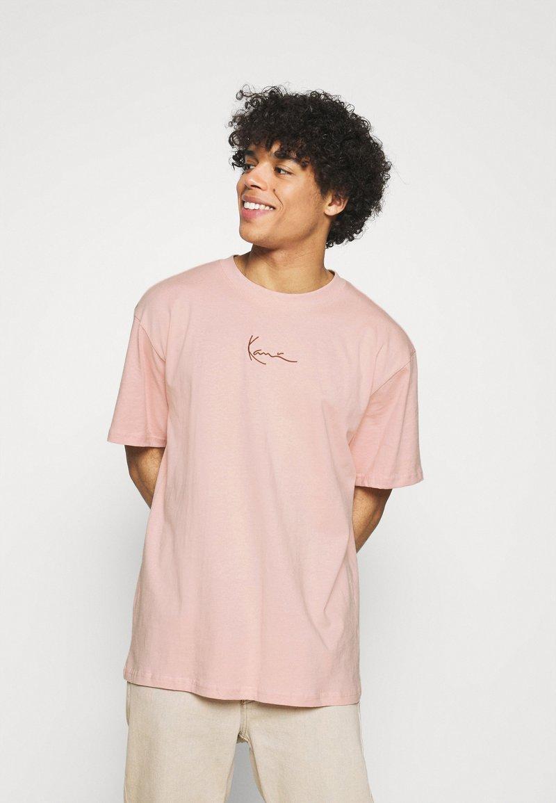 Karl Kani - SMALL SIGNATURE TEE UNISEX  - Print T-shirt - rose