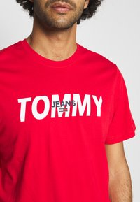 Tommy Jeans - LAYERED GRAPHIC TEE  - T-shirt con stampa - deep crimson - 5
