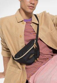 Eastpak - GOLDEN/AUTHENTIC - Bum bag - goldout black-g - 3