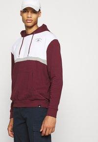 Newport Bay Sailing Club - PANEL HOODIE - Sweatshirt - burgundy/white - 4
