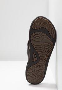 Reef - J-BAY - Sandály s odděleným palcem - dark brown - 4
