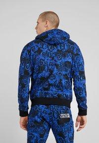 Versace Jeans Couture - BAROQUE ZIP HOODIE - Huvtröja med dragkedja - dark blue - 2