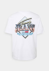 Tommy Jeans Plus - DIAMOND BACK LOGO TEE - Triko s potiskem - white - 5