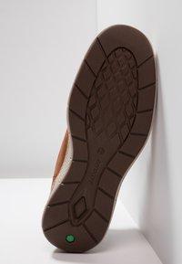 Timberland - CROSS MARK PT CHUKKA - Sneaker low - cognac - 4