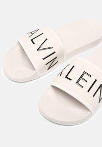 Calvin Klein Jeans - SLIDE PADDED - Sandalias planas - white sand - 6