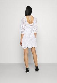 Forever New - MEGAN BROIDERE SHIFT DRESS - Robe d'été - porcelain - 2