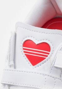 adidas Originals - SUPERSTAR UNISEX - Sneakers laag - footwear white/vivid red - 5