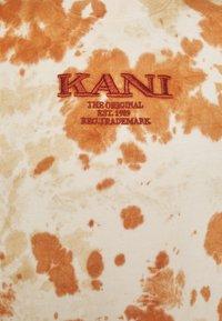 Karl Kani - UNISEX RETRO - T-shirt con stampa - white - 6