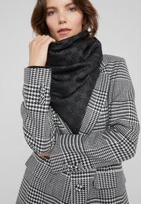 Tory Burch - LOGO TRAVELER SCARF - Chusta - black - 0