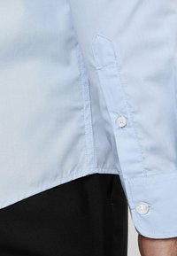 Pier One - 2 PACK - Formal shirt - white/light blue - 6