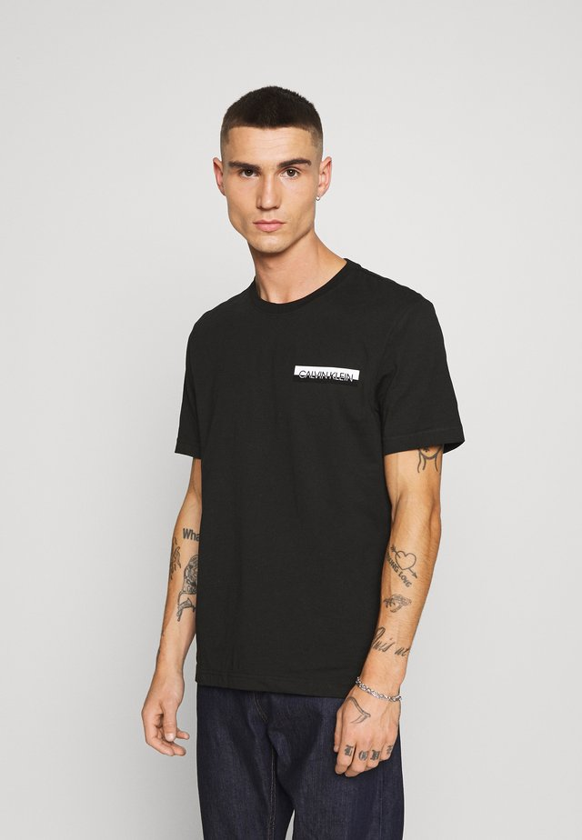 CHEST BOX LOGO - Print T-shirt - black
