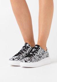 KARL LAGERFELD - KAPRI GRAFFITI LACE - Sneaker low - black/white - 0