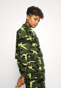 Karl Kani - SHORT CAMO TRUCKER JACKET - Džínová bunda - green - 3