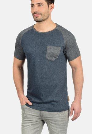 GRESHAM - Print T-shirt - blue