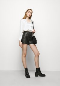 maje - IRINE - Shorts - noir - 1