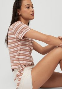 O'Neill - KNOTTED  - Print T-shirt - brown or beige with pink - 3