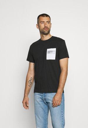 REPEAT SHADOW LOGO POCKET TEE UNISEX - Print T-shirt - black