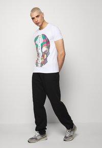 Volé la lumière - RHINESTONE SKULL - Print T-shirt - white - 1