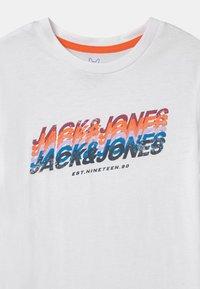 Jack & Jones Junior - JORTYLER CREW NECK - Print T-shirt - white - 2