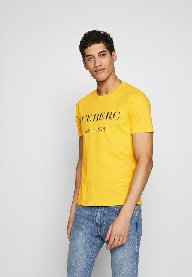 T-shirt con stampa - giallone