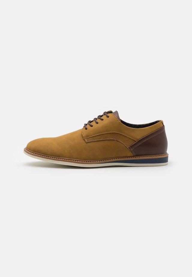 VEGAN HOWARD - Zapatos con cordones - cognac