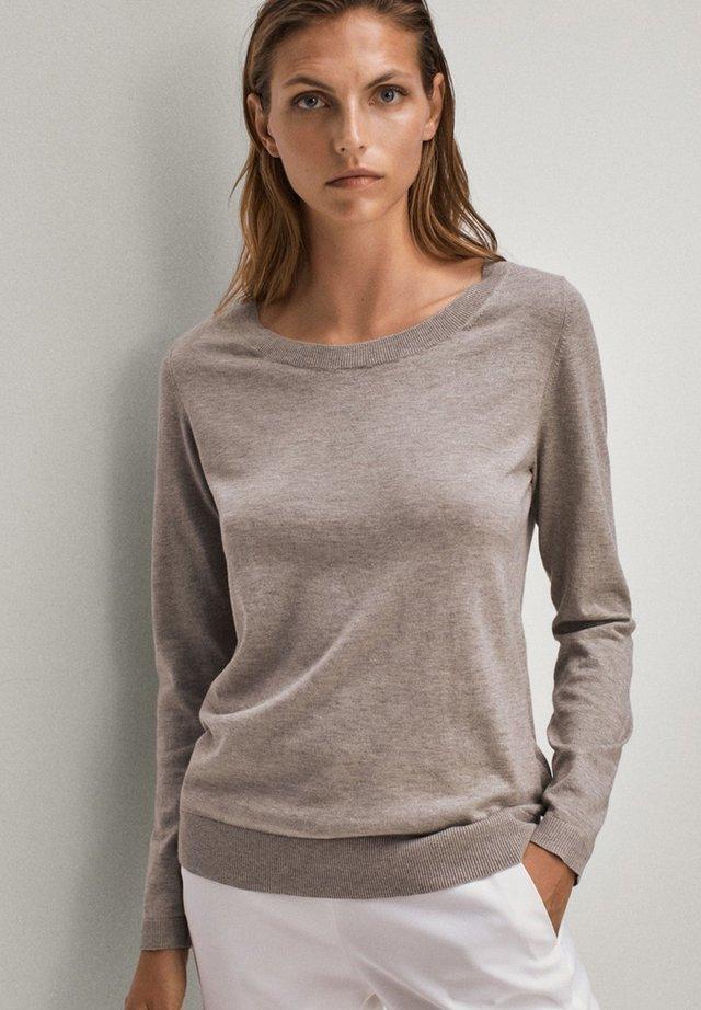 MIT BATEAU-AUSSCHNITT - Pullover - grey