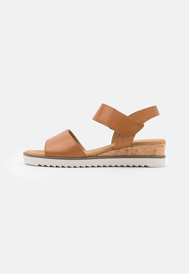 Sandaler m/ kilehæl - camel/creme