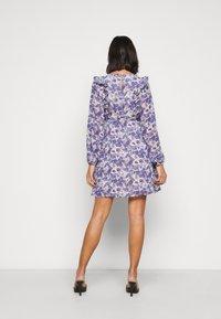 Vero Moda Petite - VMVIOLA SHORT DRESS - Kjole - birch/viola - 2