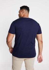 GANT - THE ORIGINAL SLIM V NECK  - T-shirt print - evining blue - 2