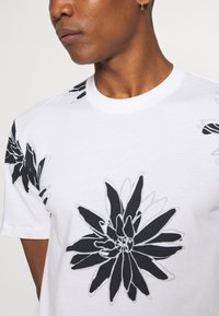 Only & Sons - ONSPOLE TEE - Print T-shirt - bright white - 5