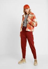 Miss Selfridge - CHECK BUTTON DOWN TRUCKER - Vinterjacka - orange/camel - 1