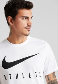 Nike Performance - DRY TEE ATHLETE - Print T-shirt - white/black - 3