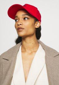 Armani Exchange - BASEBALL HAT - Pet - red/navy - 4