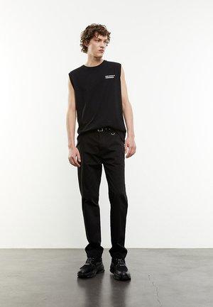 DROIT À CEINTURE INTÉGRÉE - Trousers - black