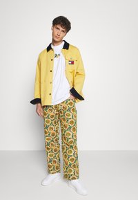 Jaded London - SUNFLOWER TAPESTRY WOVEN SKATE - Trousers - green/yellow - 1
