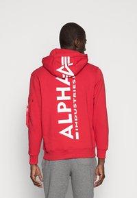 Alpha Industries - BACK PRINT HOODY - Luvtröja - speed red - 2