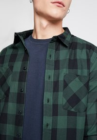 Urban Classics - CHECKED SHIRT - Camicia - black/forest - 5