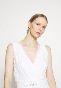 Guess - RANDA DRESS - Vestido de cóctel - true white - 3