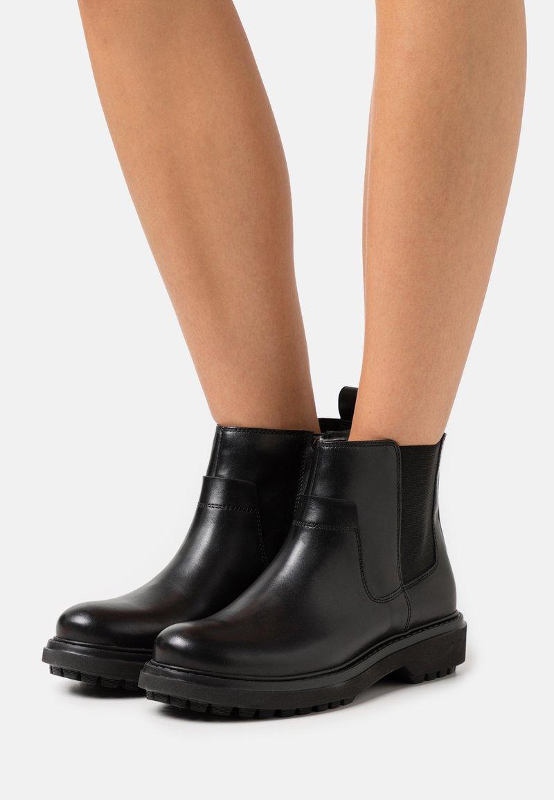 Geox - ASHEELY - Kotníkové boty na platformě - black