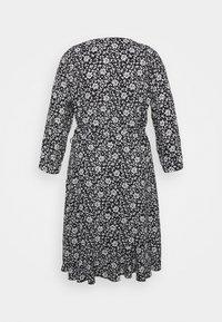 ONLY Carmakoma - CARLOLLIB KNEE WRAP DRESS - Robe d'été - black/cloud dancer - 7
