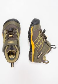 Keen - CHANDLER CNX - Hiking shoes - dark olive/citrus - 1