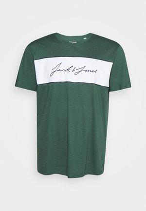 JORHIKARI PRINT CREW NECK - Print T-shirt - trekking green