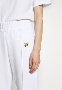 Lyle & Scott - Tracksuit bottoms - white - 6