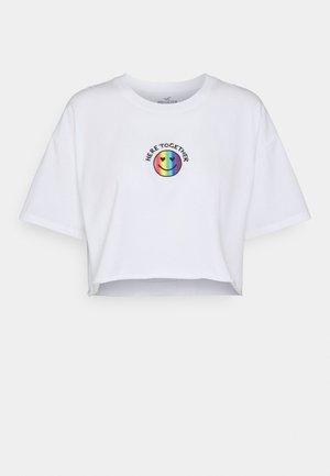 PRIDE CROP DAD TEE  - Print T-shirt - white