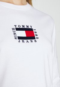 Tommy Jeans - FLAG  - Långärmad tröja - white - 5