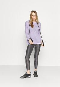 Puma - STUDIO GRAPHENE LONG SLEEVE - Langarmshirt - light lavender - 1