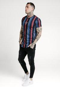 SIKSILK - STRIPE TEE - T-shirt con stampa - navy/red/yellow - 1