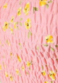 Miss Selfridge Petite - SHIRRED - Print T-shirt - pink print - 2
