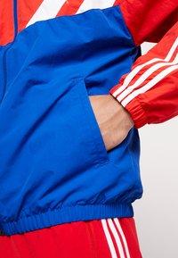 adidas Originals - Chaqueta de entrenamiento - collegiate royal/red - 5