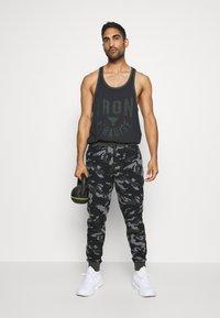Under Armour - ROCK IRON  - T-shirt de sport - black - 1